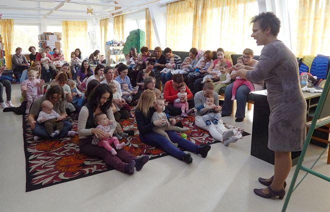 Béres Erika baba-mama klubja Kaposváron a Takáts Gyula könyvtárban: 50 anyuka és gyermeke figyel és játszik.