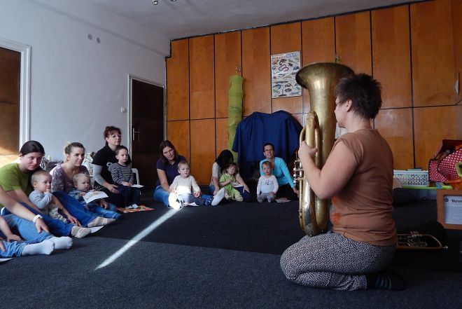 Béres Erika látható hangok foglalkozása bölcsis korosztálynak: anyukák és gyerekek élesen figyelnek ahogy megszólal a Tuba.